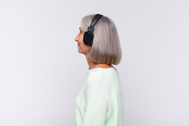 Kobieta w średnim wieku na profilu na białym tle