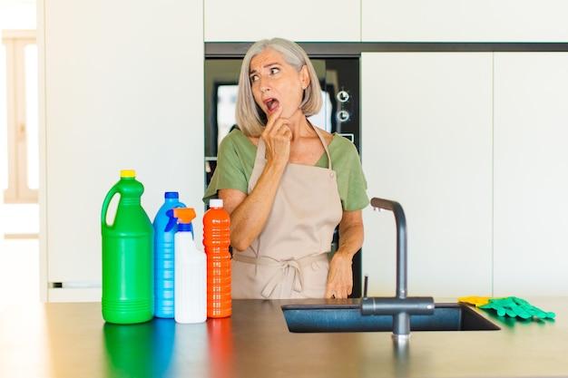 Kobieta w średnim wieku o zdziwieniu, zdenerwowaniu, zmartwieniu lub przerażeniu