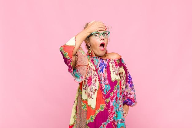 Kobieta w średnim wieku panikująca z powodu zapomnianego terminu, zestresowana, zmuszająca do zatuszowania bałaganu lub błędu