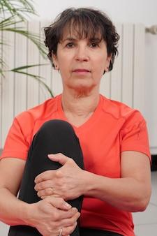 Kobieta w średnim wieku robi ćwiczenia fitness