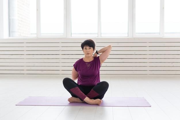 Kobieta w średnim wieku robi joga