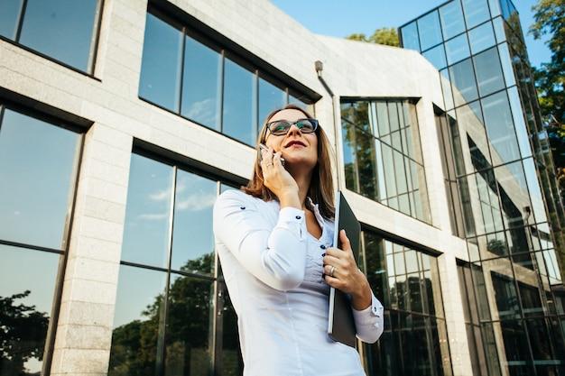 Kobieta w średnim wieku rozmawia przez telefon komórkowy smartphone