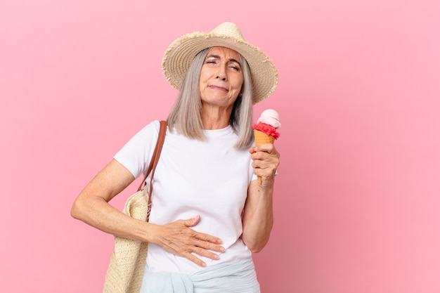 Kobieta w średnim wieku siwe włosy z lodami. koncepcja lato