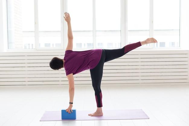 Kobieta w średnim wieku uprawiająca jogę metodą rozciągania