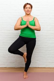 Kobieta w średnim wieku uprawiania jogi
