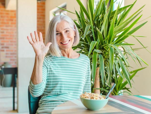 Kobieta w średnim wieku, uśmiechnięta radośnie i wesoło