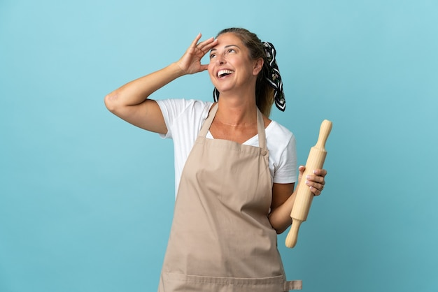 Kobieta w średnim wieku w mundurze szefa kuchni dużo się uśmiecha