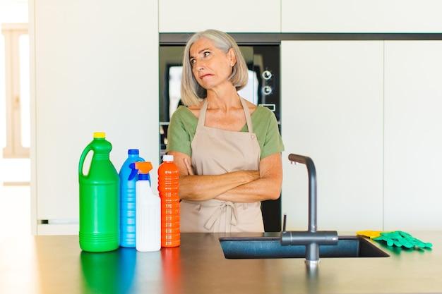 Kobieta w średnim wieku wątpi lub myśli