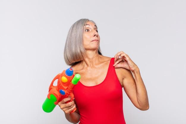 Kobieta w średnim wieku wyglądająca na arogancką, odnoszącą sukcesy, pozytywną i dumną