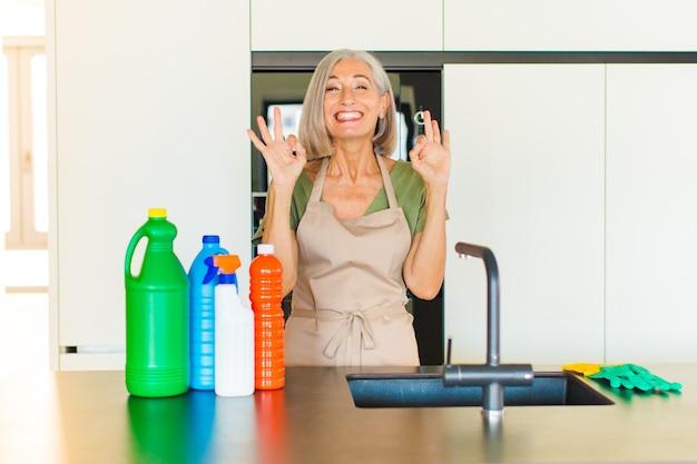 Kobieta w średnim wieku wyglądająca na skoncentrowaną i medytującą, usatysfakcjonowaną i zrelaksowaną, myślącą lub dokonującą wyboru