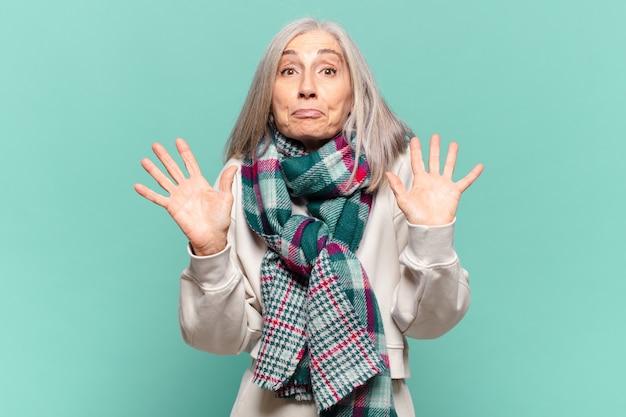 Kobieta w średnim wieku wyglądająca na zdenerwowaną, zaniepokojoną i zaniepokojoną, mówiącą, że to nie moja wina albo nie zrobiłem tego