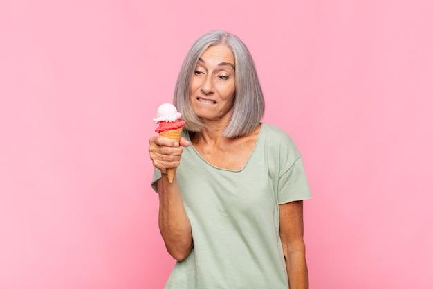 Kobieta w średnim wieku wyglądająca na zdziwioną i zdezorientowaną