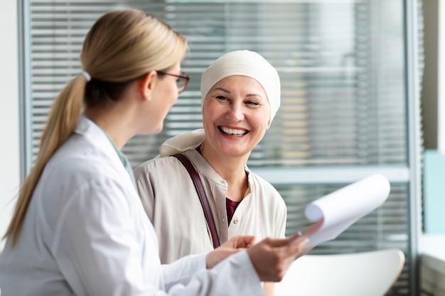 Kobieta w średnim wieku z rakiem skóry rozmawia ze swoim lekarzem