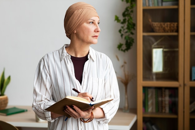 Kobieta w średnim wieku z rakiem skóry spędza czas w domu