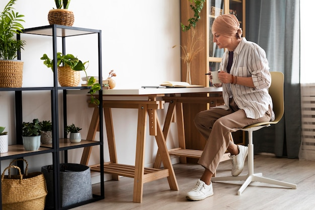 Kobieta w średnim wieku z rakiem skóry spędza czas w pomieszczeniach