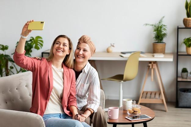 Kobieta w średnim wieku z rakiem skóry spędza czas ze swoją przyjaciółką