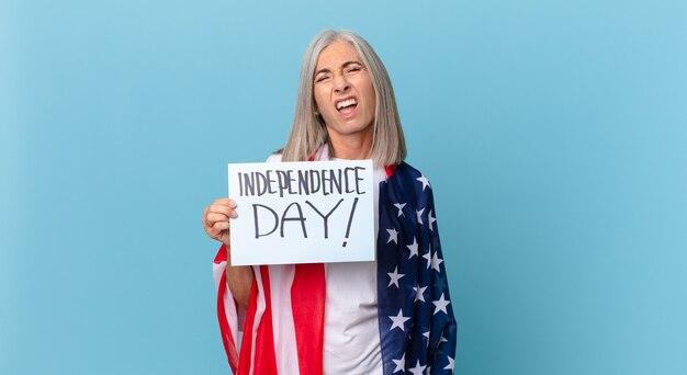 Kobieta w średnim wieku z siwymi włosami czuje się zdziwiona i zdezorientowana. koncepcja dnia niepodległości