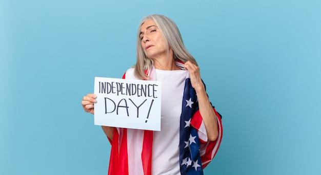 Kobieta w średnim wieku z siwymi włosami czuje się zestresowana, niespokojna, zmęczona i sfrustrowana. koncepcja dnia niepodległości