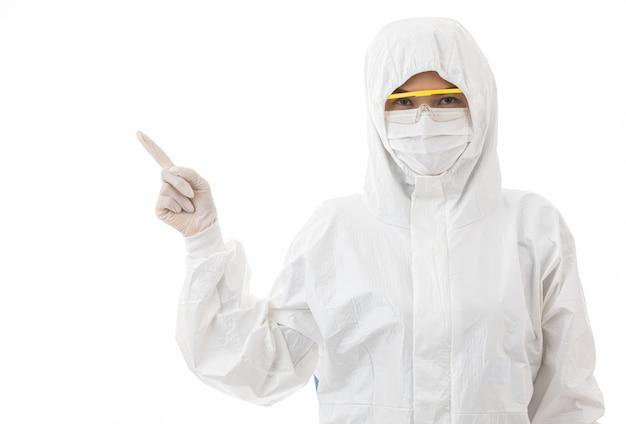 Kobieta w sterylnych fartuchach laboratoryjnych