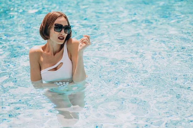 Kobieta w strój kąpielowy w basenie