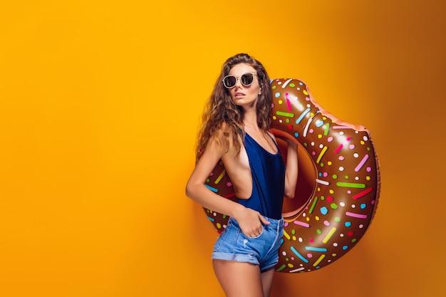 Kobieta w strój kąpielowy z pierścieniem pływać