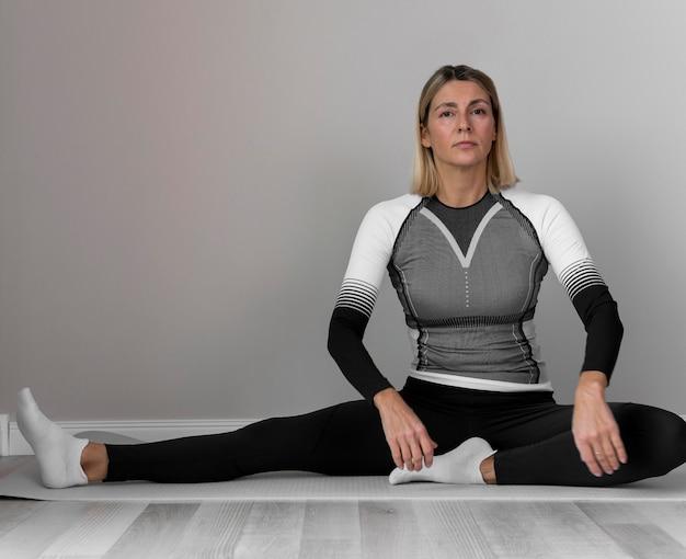Kobieta w strojach fitness ćwiczeń