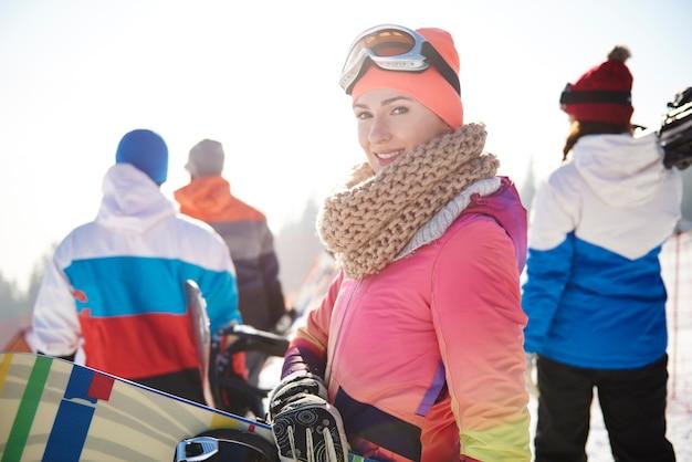 Kobieta w strojach narciarskich z przyjaciółmi