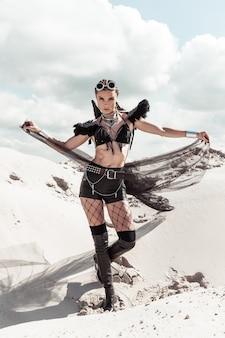 Kobieta w stroju kreatywnych festiwalu pozowanie na pustyni