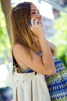 Kobieta w stroju mówienia na telefon