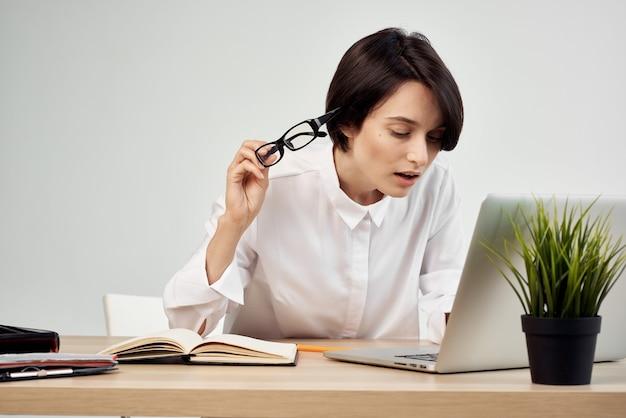 Kobieta w stroju przed laptopem w okularach pewność siebie studio lifestyle. zdjęcie wysokiej jakości