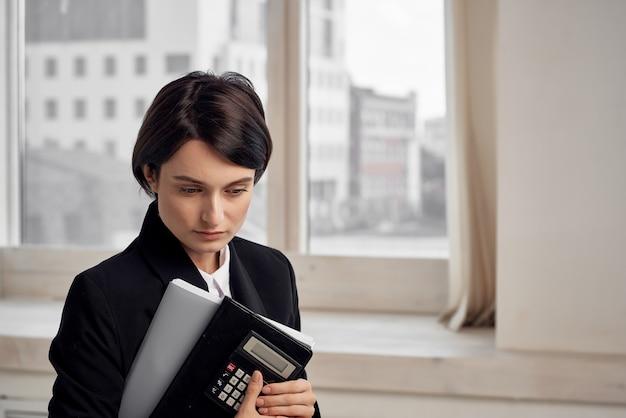 Kobieta w stroju sekretarza urzędu wykonawczego jasnym tle. zdjęcie wysokiej jakości