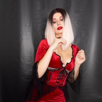 Kobieta w stroju wampira ze skorpionem