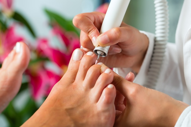 Kobieta w studio paznokci otrzymujących pedicure