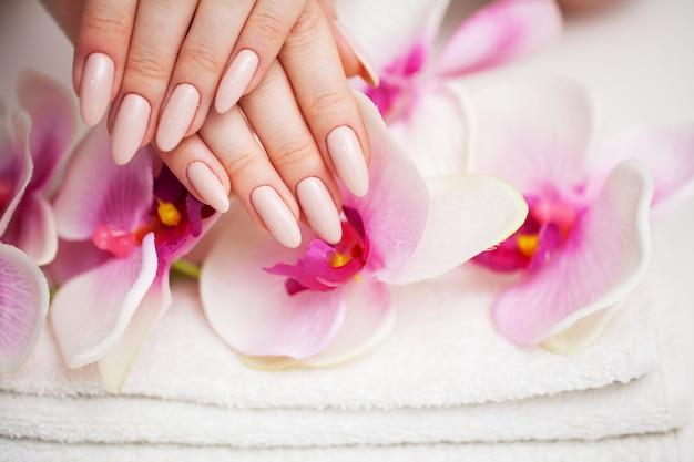 Kobieta w studio urody robi nowy manicure