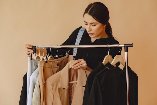 Kobieta w studio z wielu ubrań