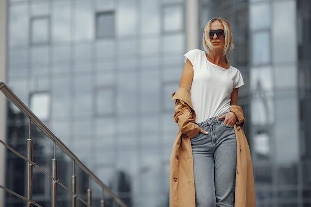 Kobieta w stylowe ubrania w letnim mieście