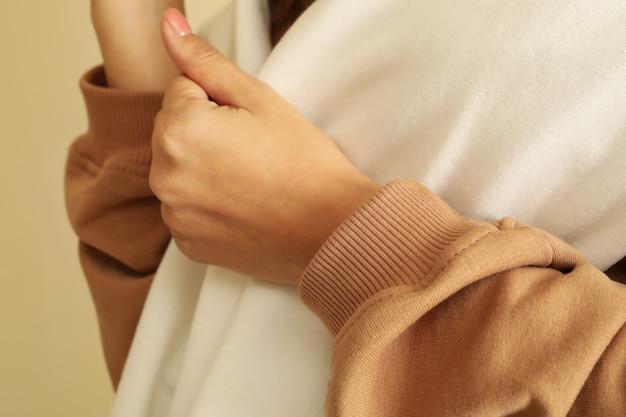 Kobieta w stylowych bluzach