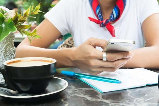 Kobieta w stylu casual biały t-shirt korzystanie smartphone