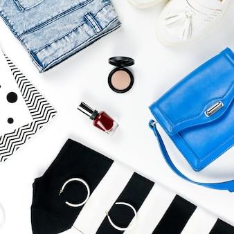 Kobieta w stylu casual ubrania i modne akcesoria płaskie świeckich. modna koncepcja wzorów i nadruków.