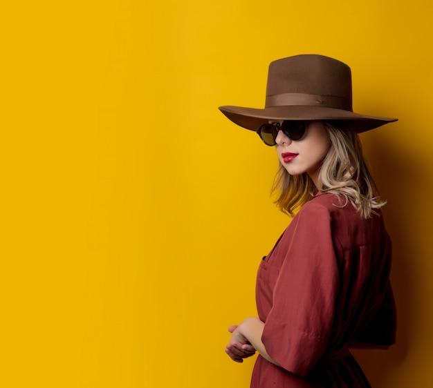 Kobieta w stylu lat 40. ubrania i okulary przeciwsłoneczne
