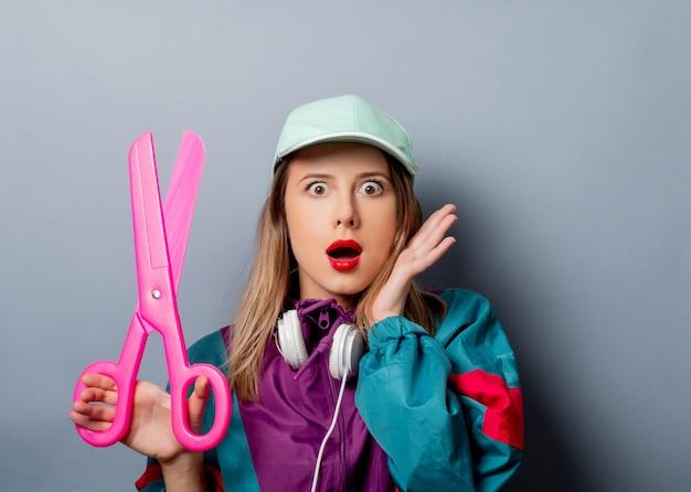 Kobieta w stylu lat 90. z dużymi nożyczkami