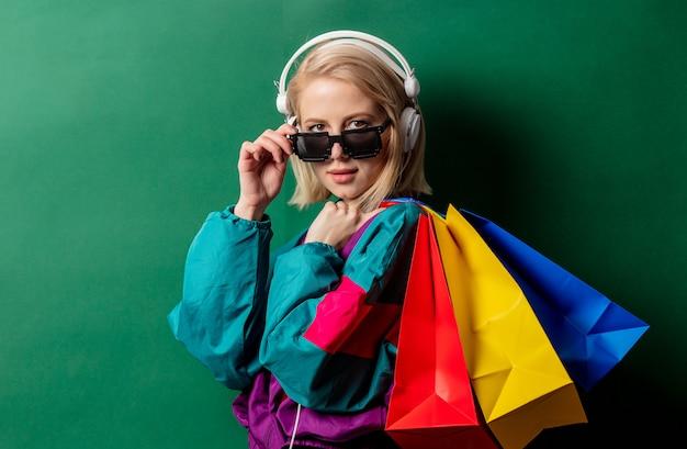 Kobieta w stylu punk z lat 90. z torbami na zakupy