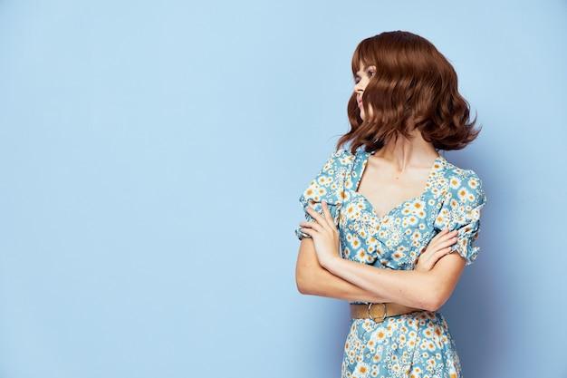 Kobieta w sukni kwiat na sobie letnie ubrania