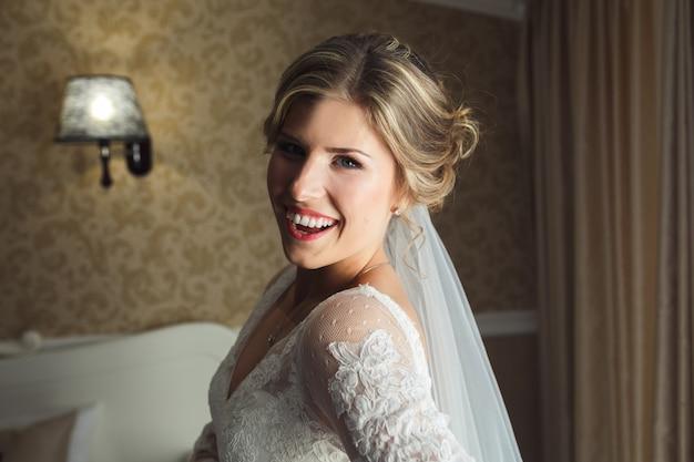 Kobieta w sukni ślubnej uśmiecha