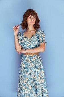 Kobieta w sukni trzymając się włosów patrząc od stylu życia letnich ubrań