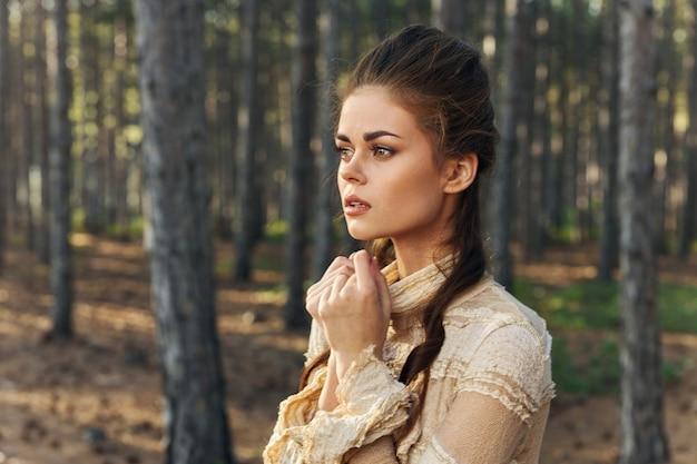 Kobieta w sukni w lesie piękna fryzura vintage czarownica bajki model.