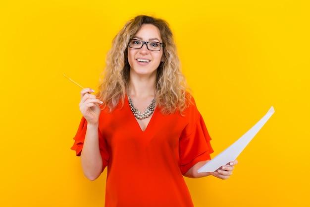 Kobieta w sukni z pustym papierem i ołówkiem