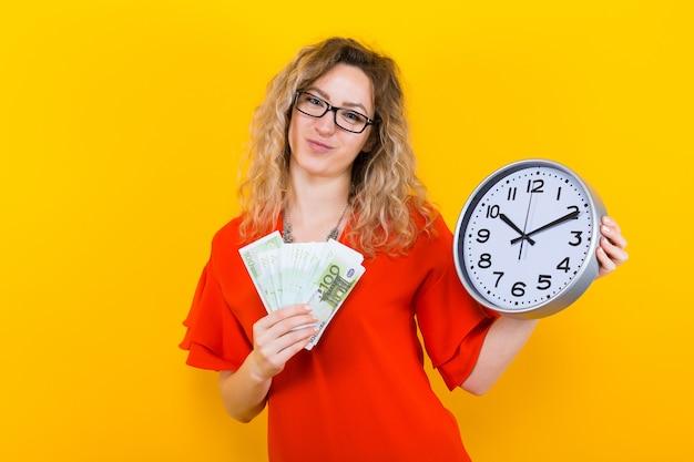 Kobieta w sukni z zegarami i fanem banknotów