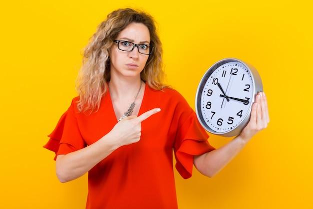 Kobieta w sukni z zegarami