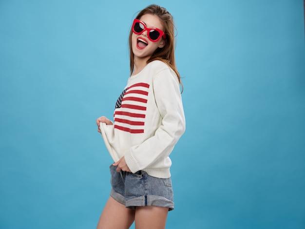 Kobieta w swetrze z wizerunkiem flagi ameryki. dzień amerykańskiej flagi i niepodległy kraj